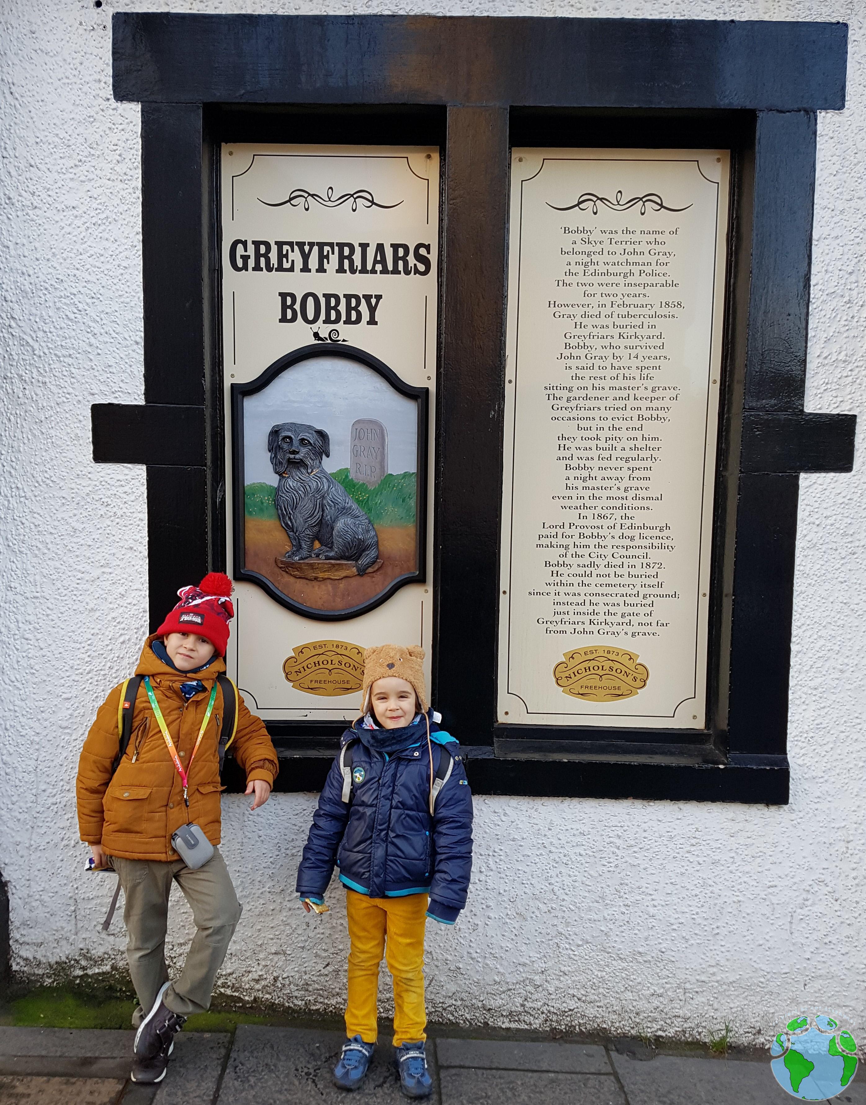 Bobby Greyfriars con niños