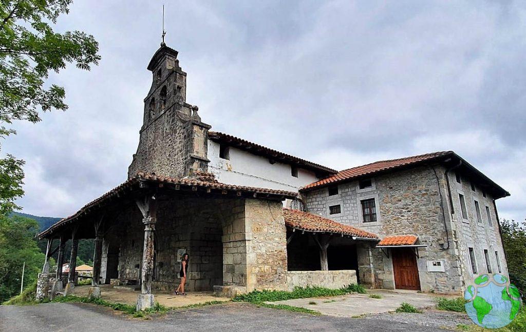 Vista exterior de la ermita Andra Mari