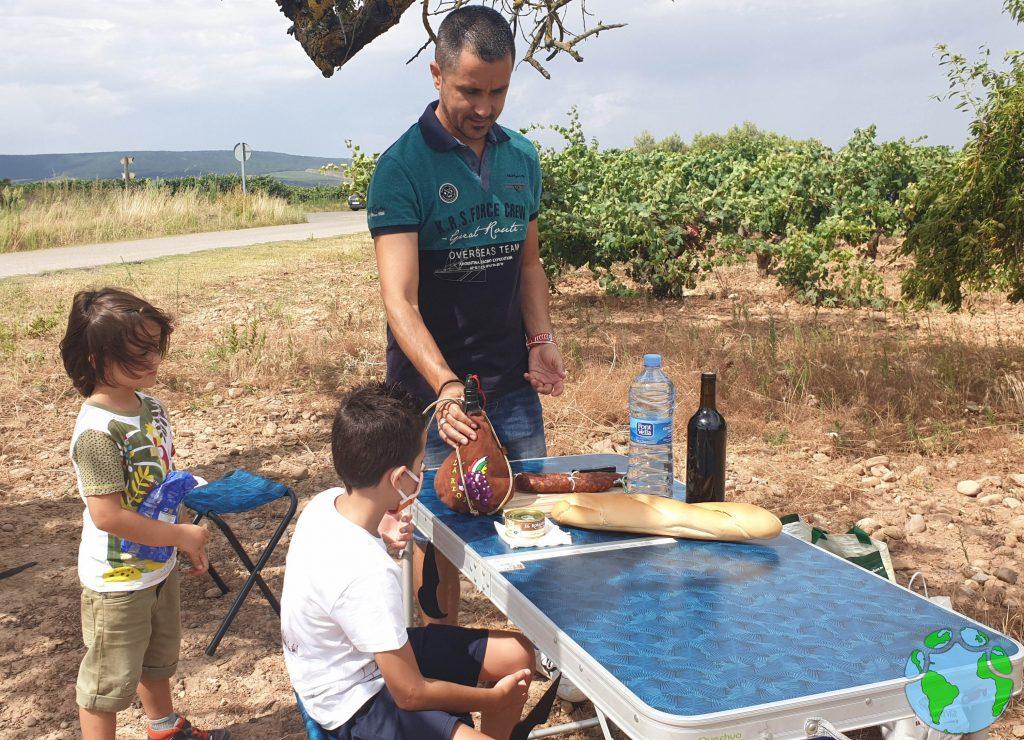 Almuerzo en el campo de uvas en La Rioja