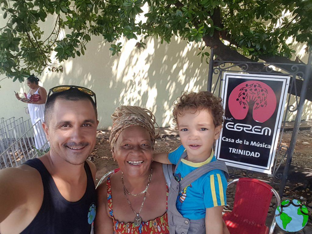 mujer cubana con su nieto en Trinidad