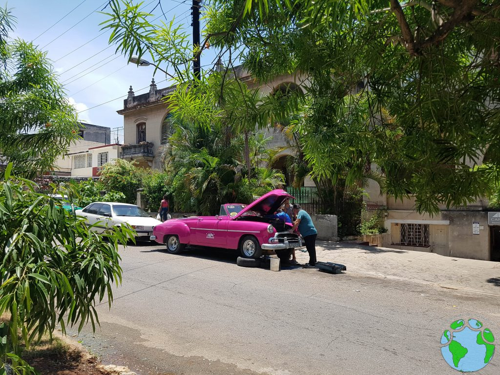 Almendrón averiado en La Habana