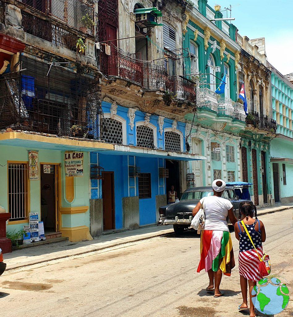 Gente paseando en Centro Habana
