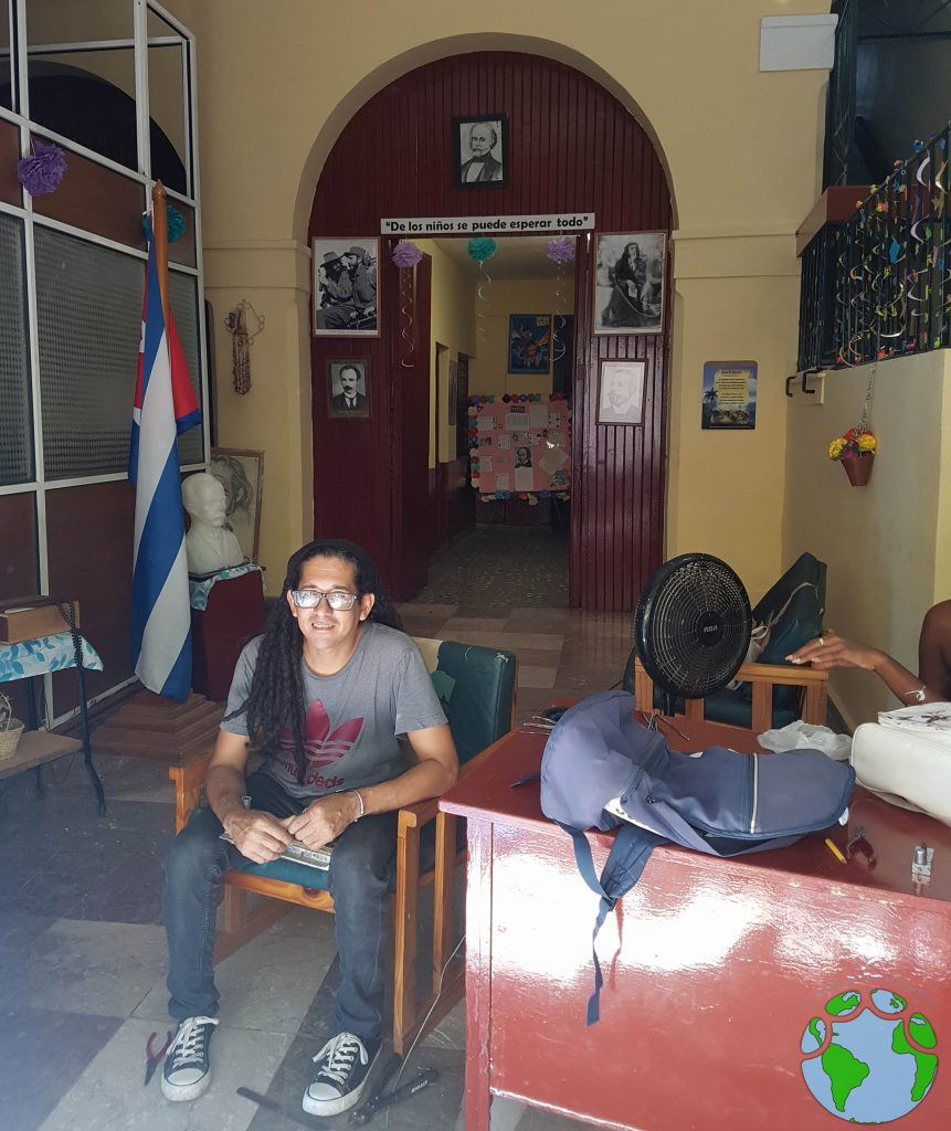 Entrada de un colegio en La Habana